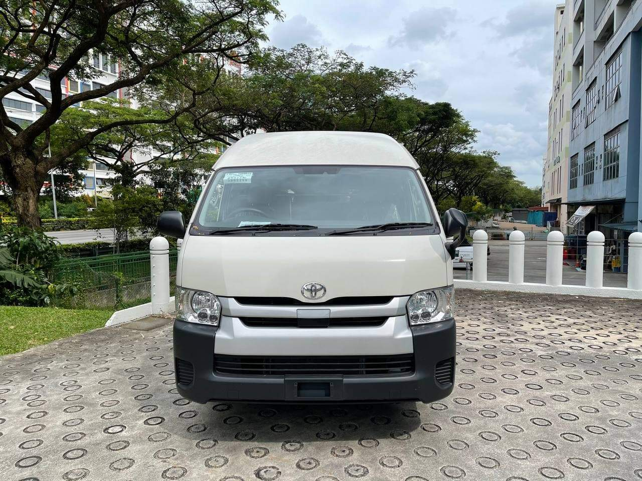 Toyota Hiace High Roof 3.0 Commuter 14-Seater Bus (Auto)
